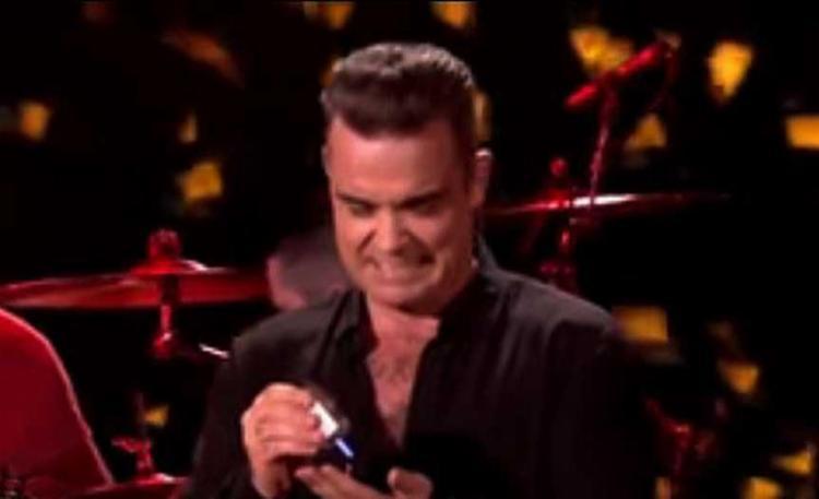 Robbie foi flagrado fazendo uma expressão de nojo enquanto se higienizava - Foto: Reprodução   Youtube