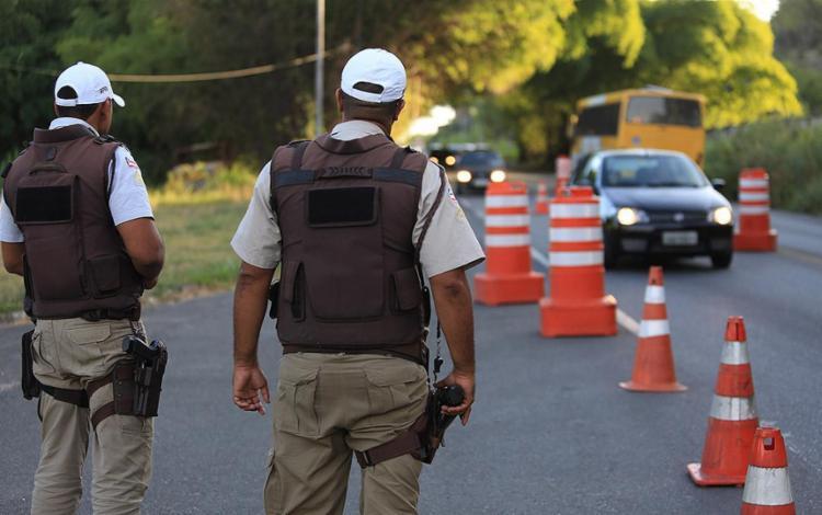 Polícia Militar realizou abordagens educativas e distribuiu panfletos informativos - Foto: Joá Souza l Ag. A TARDE