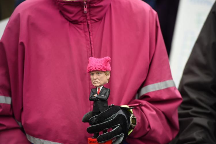 Manifestante exibe boneco de Trump durante a marcha - Foto: Robyn Beck | AFP