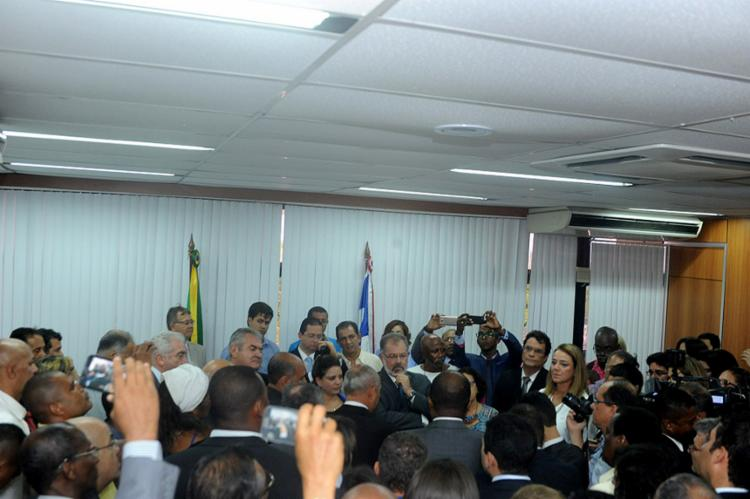 Nilo (C) conduz ato de posse de deputados - Foto: Paulo Mocofaia l ALBA l Divulgação