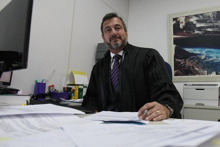 Na 2ª Vara de Tóxicos, o juiz Horácio Pinheiro já iniciou o trabalho de rever processos de presos provisórios - Foto: Lúcio Távora l Ag. A TARDE
