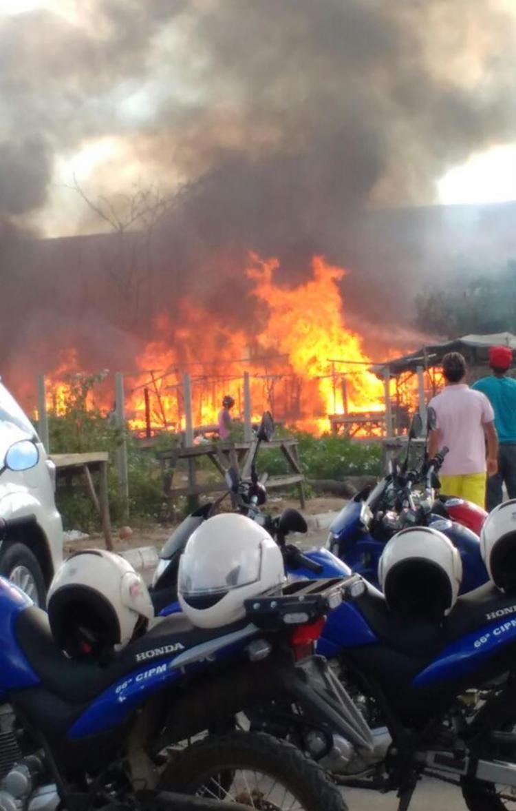 Incêndio ainda atingiu o muro de uma casa vizinha - Foto: Reprodução | Cidadão Repórter | Via Whatsapp