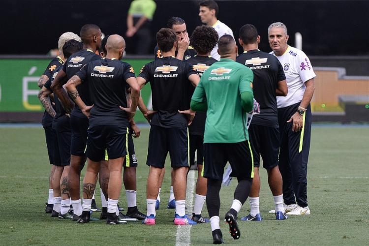 Técnico Tite reuniu titulares durante o treino para uma conversa - Foto: Pedro Martins l MoWA Press