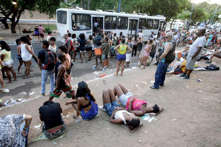 Foliões à espera de ônibus na festa do ano passado - Foto: Joá Souza l Ag. A TARDE l 10.2.2016