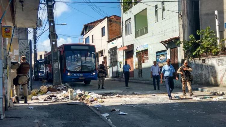 Policiais militares já estão no bairro para desbloquear a via - Foto: Edilson Lima | Ag. A TARDE