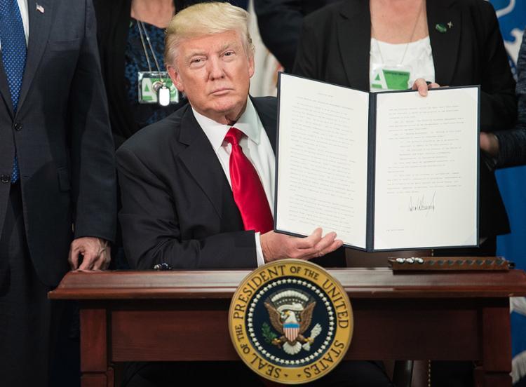 Presidente dos EUA assinou ordem executiva para construção de muro na fronteira com o México - Foto: Nicholas Kamm l AFP