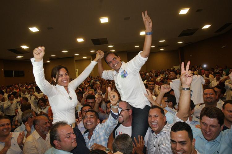 Eures Ribeiro (PSD) e Quitéria comemoraram a vitória nas urnas literalmente nos braços dos correligionários - Foto: Margarida Neide l Ag. A TARDE