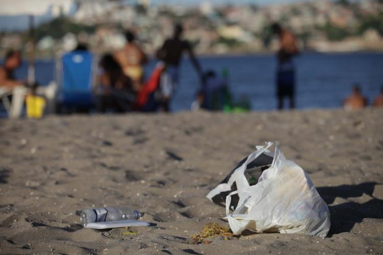 Praias onde há maior produção de lixo são o Porto e Farol da Barra, Piatã, Itapuã e Ribeira - Foto: Adilton Venegeroles | Ag. A TARDE