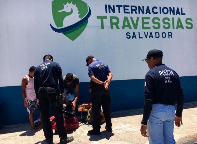 Policiais vistoriaram pedestres e carros que chegavam no ferry - Foto: Mila Cordeiro | Ag. A TARDE