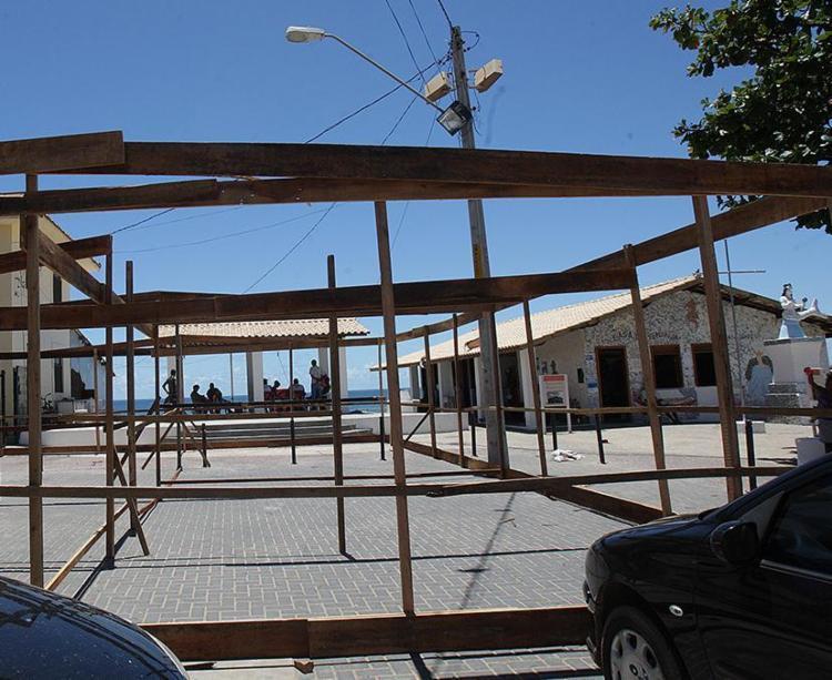 Estrutura é montada à frente da sede da colônia - Foto: Margarida Neide l Ag. A TARDE