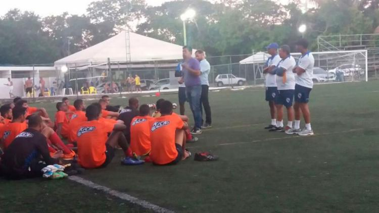 Odilon conversou com os atletas após o treinamento - Foto: Felipe Alves | EC Galícia