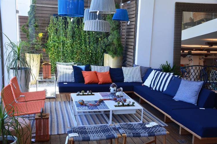 Tons de azul e laranja compõem o ambiente decorado com móveis para áreas externas da Tidelli - Foto: Tidelli l Divulgação