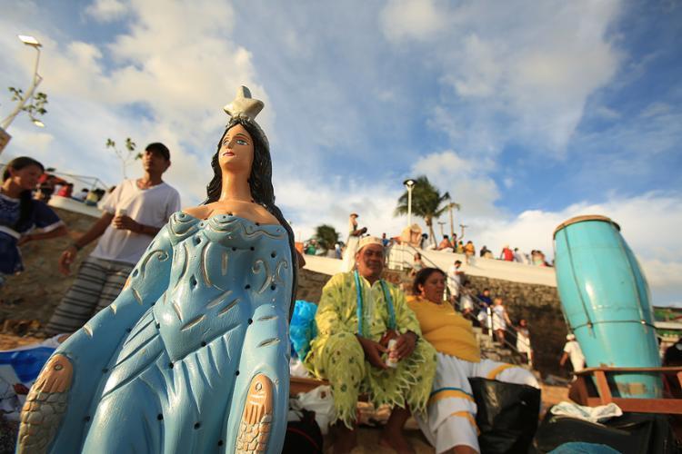 As homenagens a Iemanjá atraem uma multidão ao Rio Vermelho, que leva suas oferendas à 'rainha do mar' - Foto: Joá Souza l Ag. A TARDE l 2.2.2016