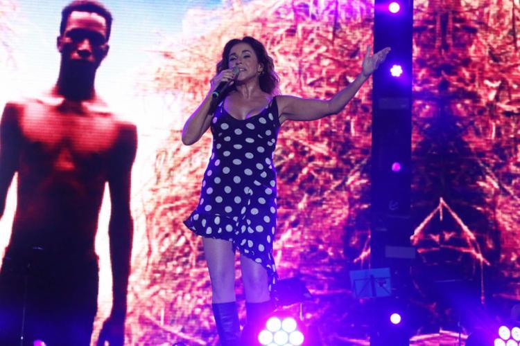 Cantando na arena de shows que leva o próprio nome, Daniela Mercury foi a principal atração - Foto: Mila Cordeiro | Ag. A TARDE
