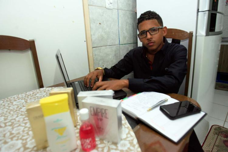 Quando se viu desempregado, Luis Henrique começou a vender cosméticos - Foto: Mila Cordeiro | Ag. A TARDE