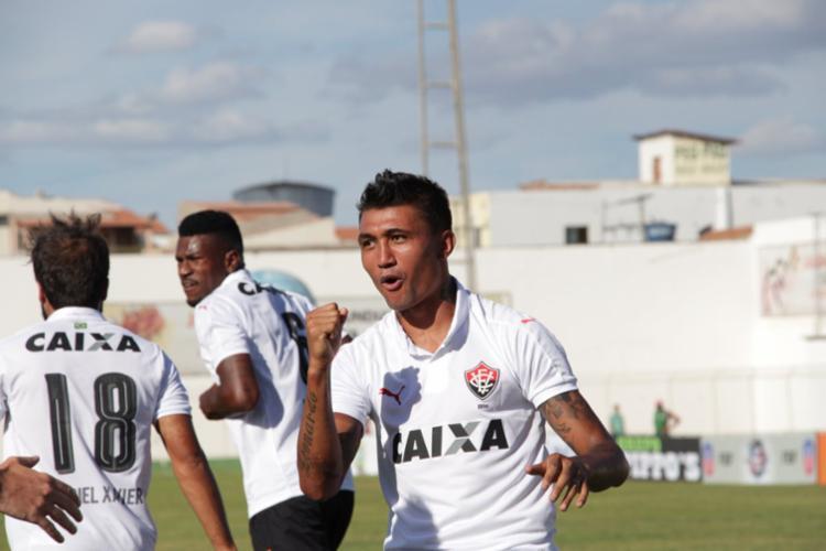Kieza durante comemoração do primeiro gol - Foto: Reprodução | Twitter | @ecvitoria