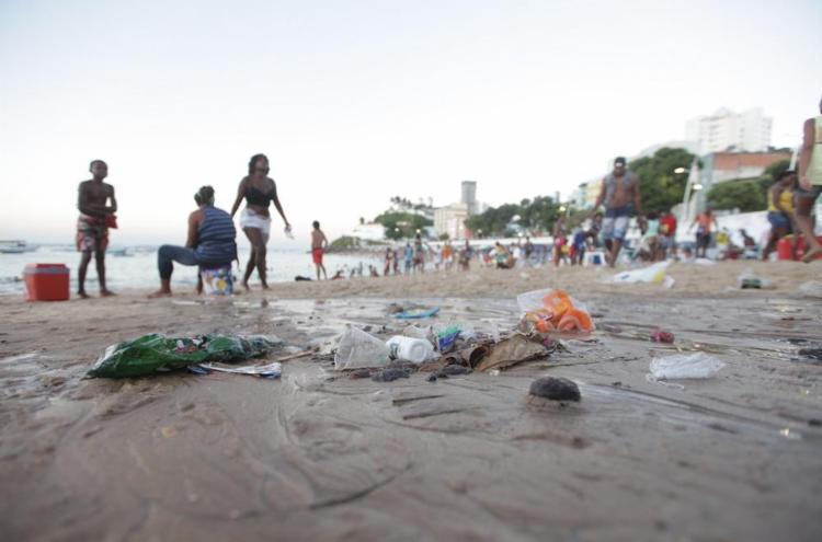 O excesso de água da chuva acaba arrastando detritos das ruas para o mar - Foto: Adilton Venegeroles | Ag. A TARDE
