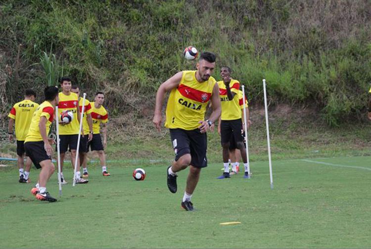 Ainda sem entrar em campo, meia argentino (C) segue sofrendo com sina de lesões - Foto: Moysés Suzart l EC Vitória