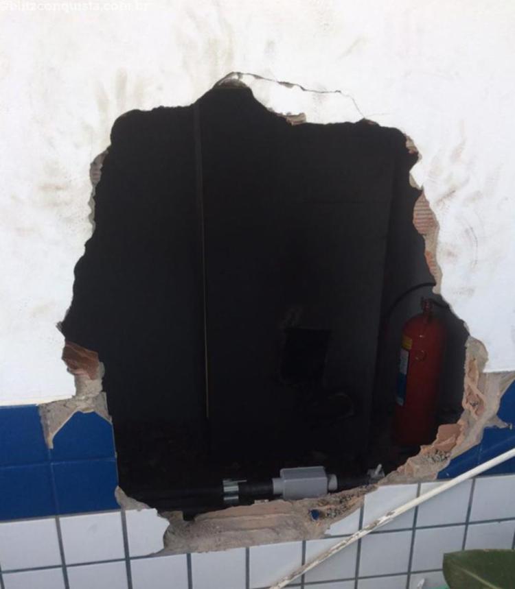 Homens fizeram buraco na parede e depois arrombaram o caixa eletrônico - Foto: Reprodução | Site Blitz Conquista