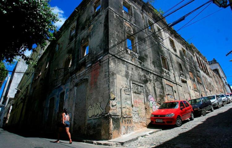 Ruína de casarão ocupa duas ruas no Centro - Foto: Raul Spinassé | Ag. A TARDE