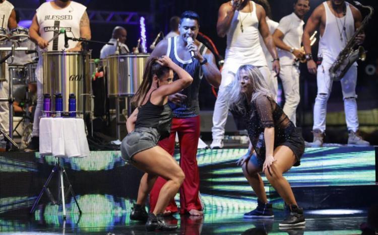 Ao comando de Xanddy, as duas dançarinas