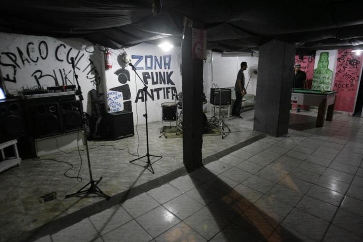 O Bukowski Porão Bar abriga saraus e shows de bandas alternativas da cidade - Foto: Adilton Venegeroles | Ag. A TARDE