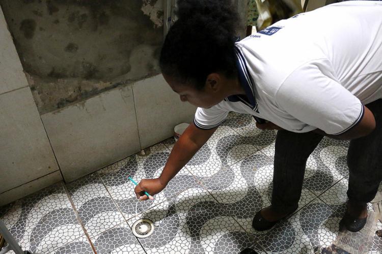 Agente coloca larvicida em uma das ações feitas na capital - Foto: Bruno Concha l Secom-PMS