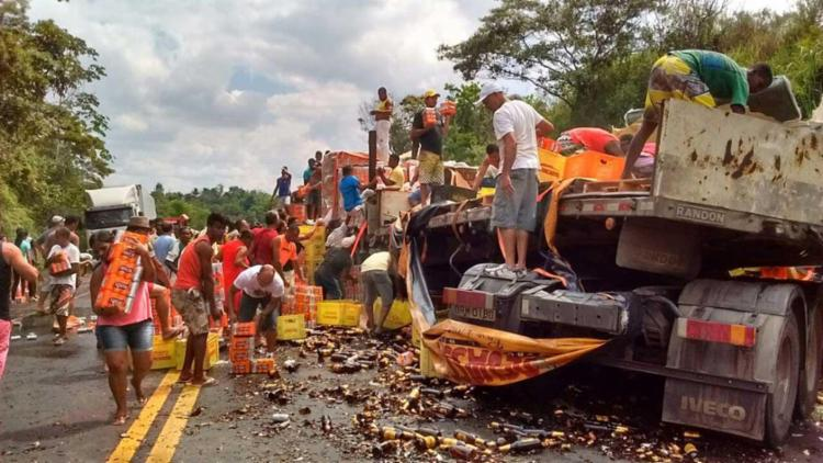 Após terem resgatado os feridos, a carga começou a ser saqueada - Foto: Raquel Santana | WhatsApp