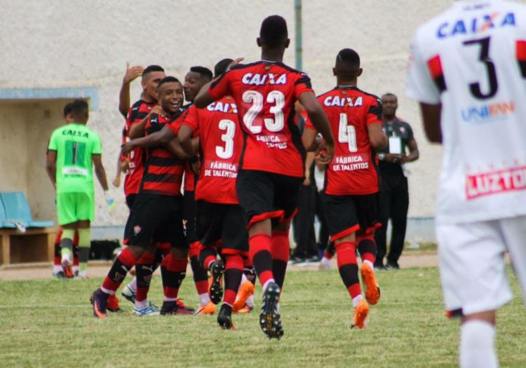 Jogadores do Rubro-Negro comemoram gol durante partida contra o Atlético-GO - Foto: Maurícia da Matta | EC Vitória | Divulgação