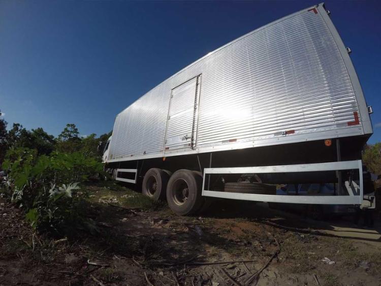 O caminhoneiro foi obrigado a descarregar o próprio caminhão com as mercadorias - Foto: Mila Cordeiro   Ag. A TARDE