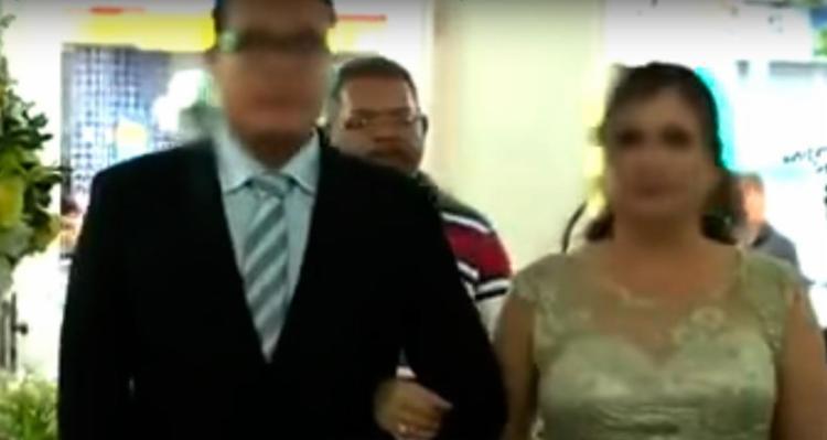 Suspeito (blusa listrada) aparece em filmagem de casamento - Foto: Reprodução