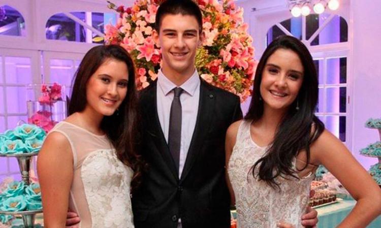 Vinícius, ao lado das irmãs gêmeas Laura e Beatriz. - Foto: Divulgação