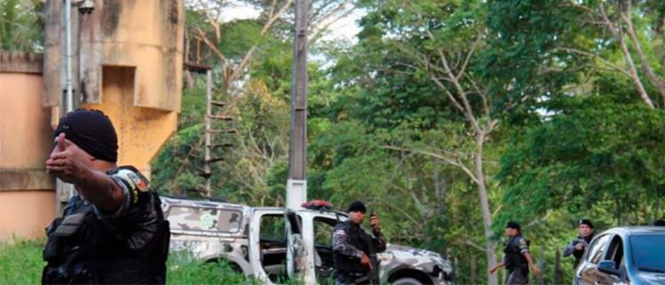 Policiamento foi reforçado no entorno de presídio - Foto: Márcio Silva | AFP