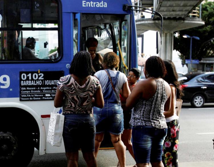 Passageiros à entrada de coletivo na Av. Tancredo Neves: transporte mais caro no primeiro dia útil do ano - Foto: Edilson Lima | Ag. A TARDE