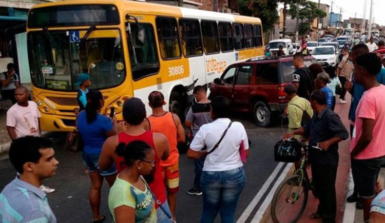 O trânsito na Suburbana está congestionado por conta da colisão - Foto: Reprodução | Subúrbio News