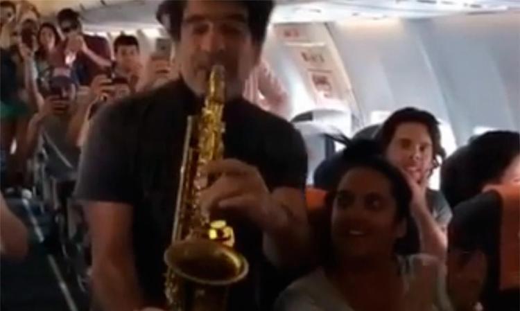 George Israel deu um show no avião e foi filmado por Sérgio Mallandro - Foto: REprodução