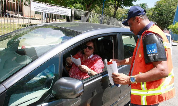 Motoristas receberam folheto com informações sobre segurança e canais utilizados para comunicar os casos - Foto: Luciano da Matta l Ag. A TARDE