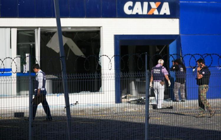 Policiais já fazem a vistoria na agência da Caixa Econômica - Foto: Edilson Lima | Ag. A TARDE