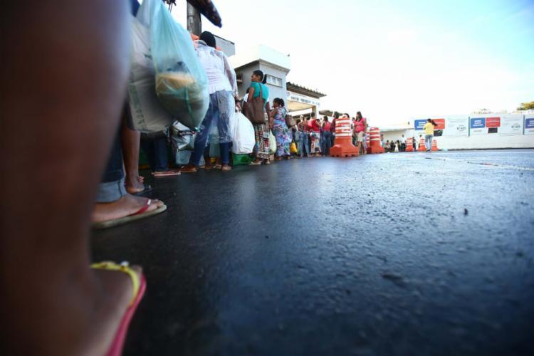Fila de familiares para entrar no presídio da Mata Escura - Foto: Joá Souza   Ag. A TARDE   14.8.2014