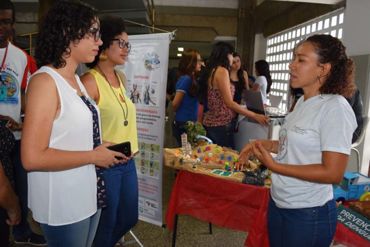 Aluna explica projeto que usa maquete para desenvolvimento de ações para combater problema da dengue - Foto: Emerson Santos | Divulgação