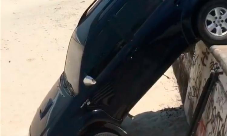 Carro caiu na areia, mas não houve feridos - Foto: Reprodução