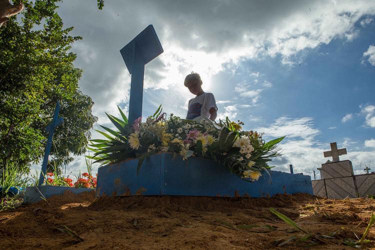 Os sepultamentos das vítimas do massacre no Complexo Penitenciário Anísio Jobim começaram a ocorrer na quarta-feira, 4 - Foto: Daniel Teixeira l Estadão Conteúdo