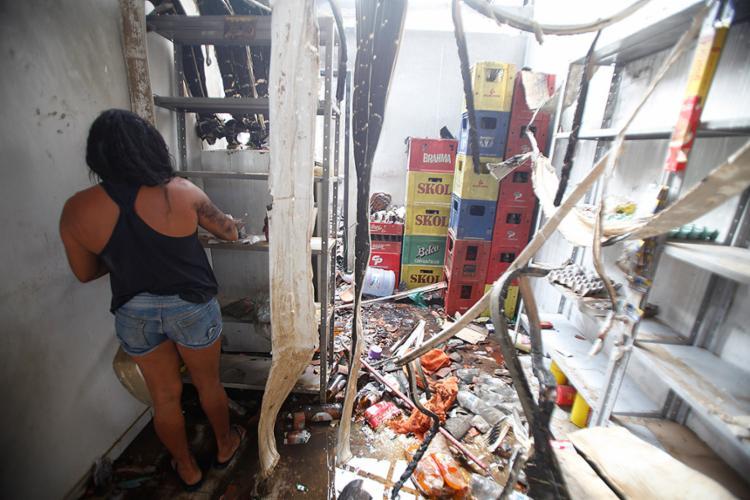 Bar funcionava na casa da família. O imóvel estava sendo saqueado após incêndio - Foto: Lúcio Távora l Ag. A TARDE