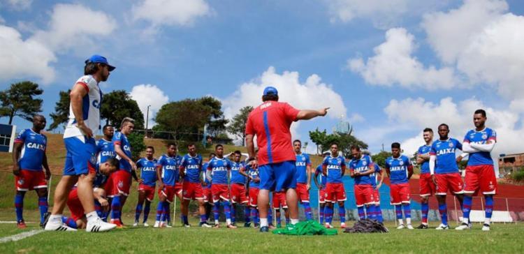 Guto conversou com os atletas antes da atividade - Foto: Felipe Oliveira | EC Vitória