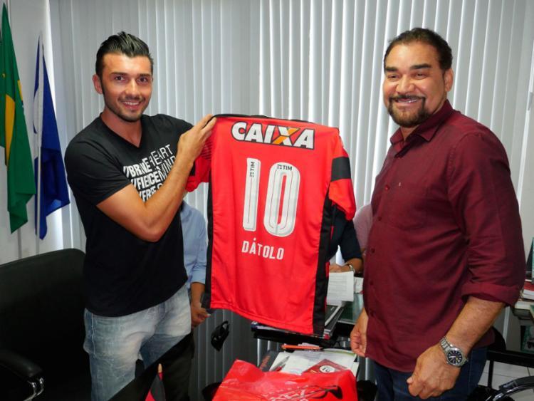 Meia argentino recebeu a camisa 10 das mãos do presidente do clube, Ivã de Almeida - Foto: R. Santin | EC Vitória | Divulgação