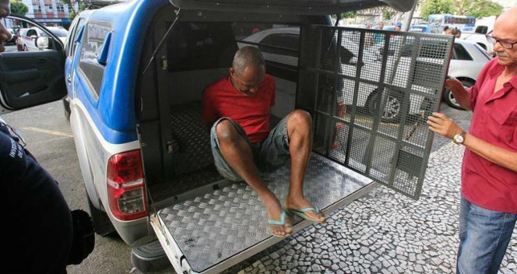Gilson Moura, suspeito de incendiar a casa da família, foi apresentado à imprensa e voltou para o presídio - Foto: Mila Cordeiro | Ag. A TARDE