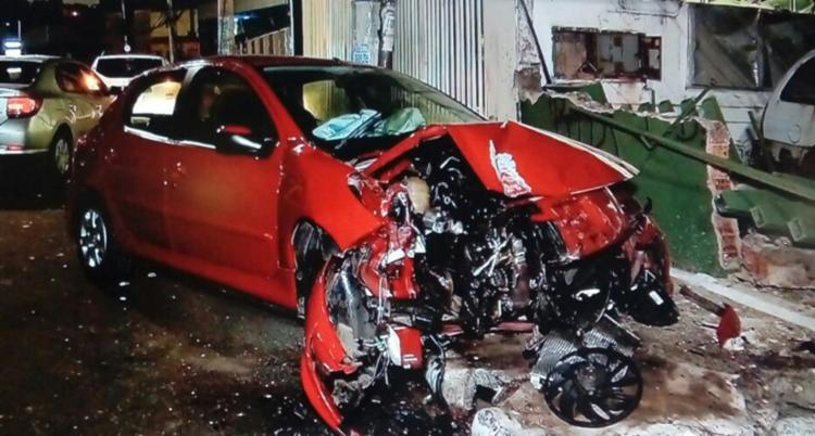 Carro teve a frente destruída após a colisão com o muro e o poste - Foto: Reprodução | TV Record