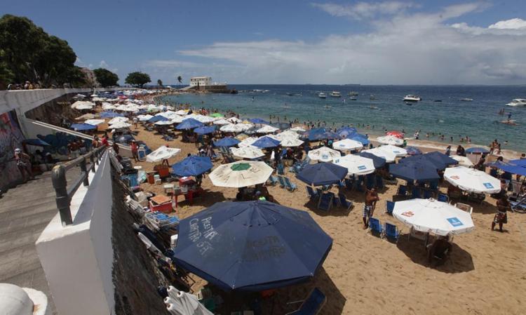 A praia do Porto da Barra foi considerada imprópria para banho pelo Inema - Foto: Adilton Venegeroles | Ag. A TARDE
