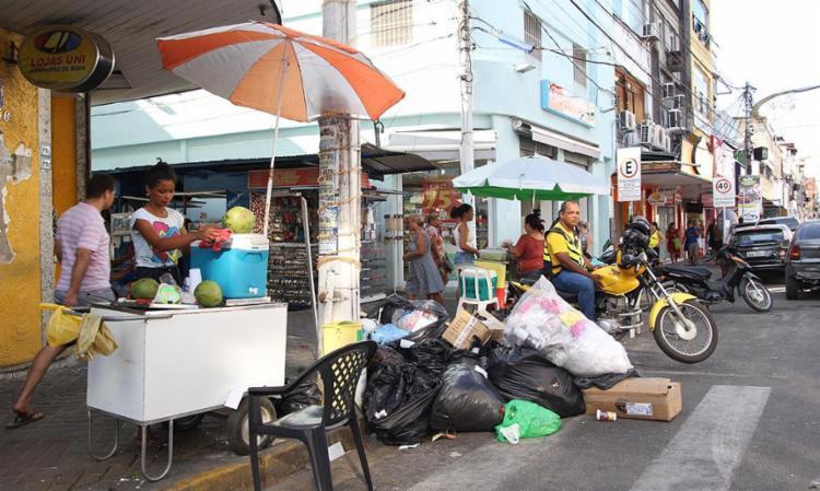 Comércio desordenado e lixo nas ruas de Itabuna - Foto: Tayná Borges | Divulgação | 03.01.2017