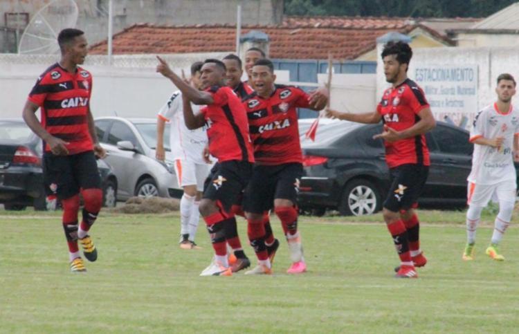Jogadores comemoram o primeiro gol da partida - Foto: Maurícia da Matta | EC VItória
